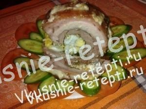 рулет из свиной грудинки с яйцами и зеленью, фото