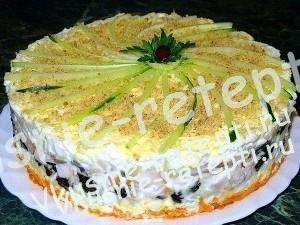 Слоеный закусочный торт с черносливом, копчёной курицей и шампиньонами