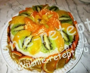 Бисквитный шоколадный торт c фруктами, фото