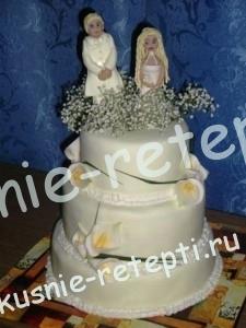 Свадебный белый торт с клубникой