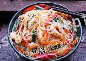 Салат с фунчозой с креветками и овощами