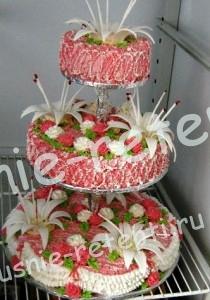 трёх ярусный торт на подставке