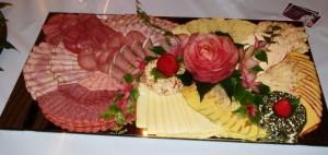 Нарезка колбасы и сыра