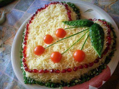 Слоеный салат из курицы с сыром