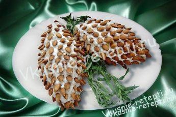 Слоеный салат с ветчиной Шишка фото