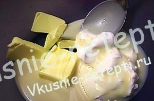 Как приготовить мастику для торта, пошагово,сливочное масло  взбиваем со сметаной и сгущенкой, фото