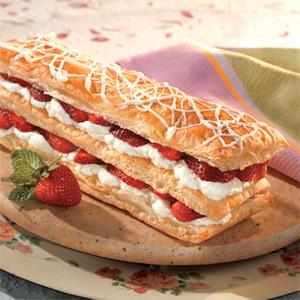 торт Наполеон с белым шоколадом и клубникой фото