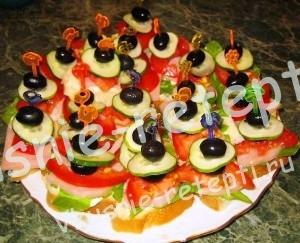 Закуски на шпажках с ветчиной и маслинами