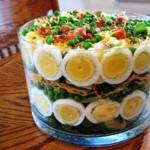 салат свежий с салатными листьями, фото