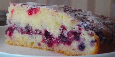 Обалденно вкусный сметанный пирог с ягодами.